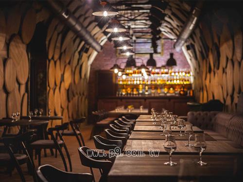 桌子是橡木材质,酒桶盖层叠布满四面墙壁